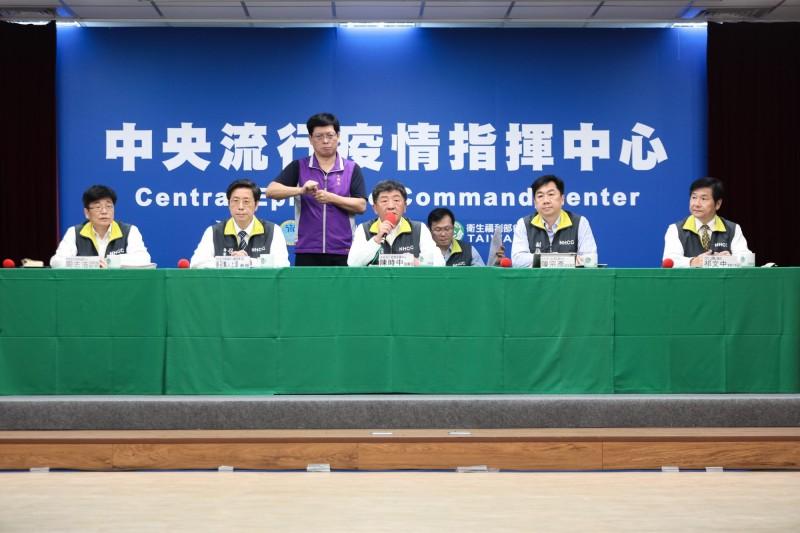 中央流行疫情指揮中心指揮官陳時中表示,面對批評時,大家都是站在崗位上做好自己的事情。(指揮中心提供)