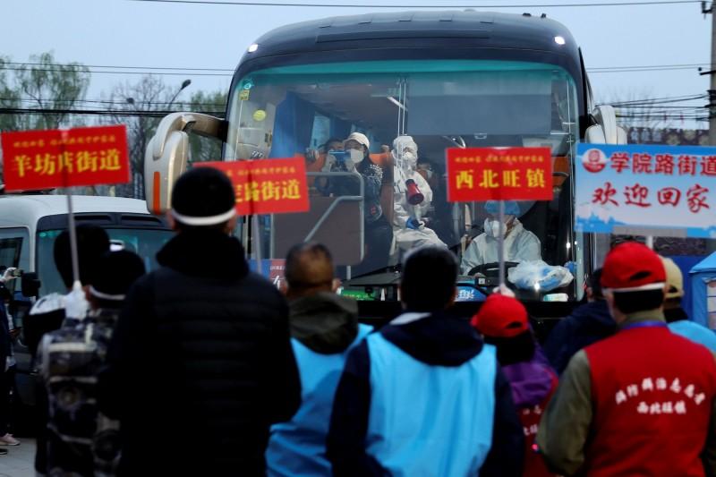 中國指出武漢肺炎輸入型確診病例有90%持中國護照,防止疫情擴散的壓力依然很大。圖為返工人潮。(路透)