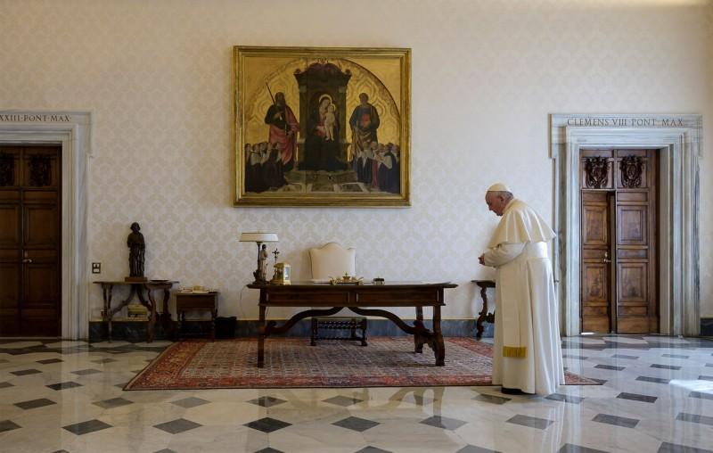 義媒消息指出,梵蒂岡傳出有名神父確診,且他與教宗方濟各(見圖)就住在同個宿舍區。(美聯社)