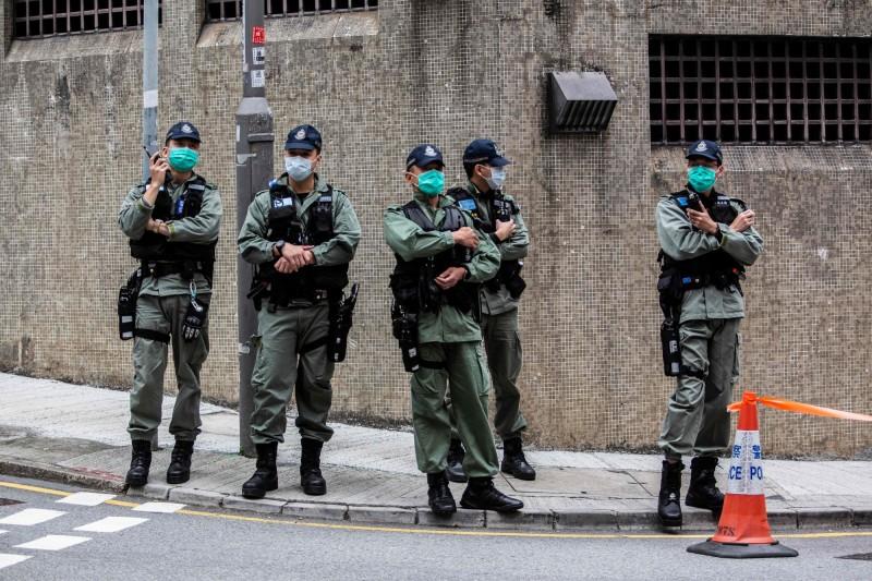 香港中西區區議會主席鄭麗琼今日凌晨於家中被警方逮捕。圖為香港警方示意圖。(法新社)