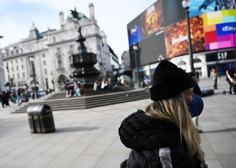 英國檢方指出,任何聲稱感染武漢肺炎,又故意向急救人員咳嗽的人,可被判監禁2年。圖為21日英國倫敦街頭。(歐新社)