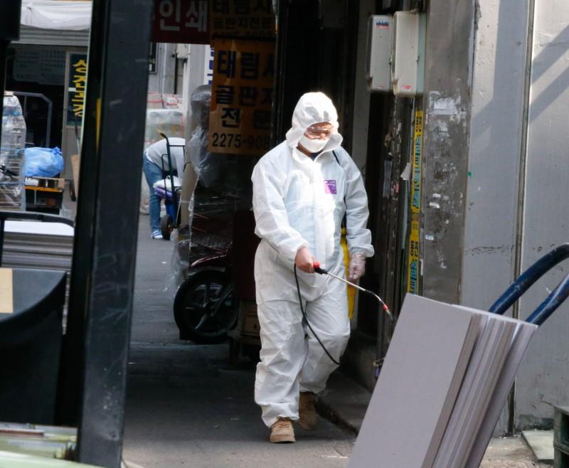 中國武漢肺炎疫情蔓延全球,韓媒今報導,境內新增104例確診。消毒防疫示意圖。(歐新社)