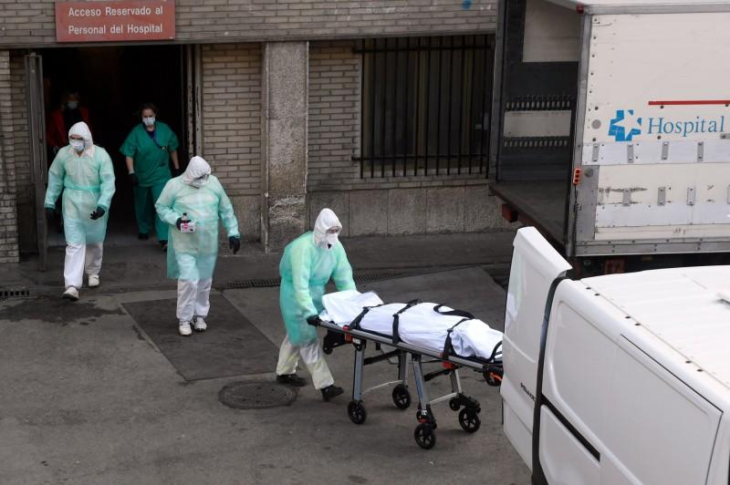 西班牙死亡病例超越中國。(法新社)