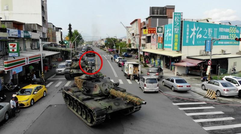 陸軍蘭陽指揮部戰車營昨天在宜蘭員山執行「戰力防護」實兵操演,出動4部M60A3戰車演練,戰車車隊中間卻意外出現一輛民用小客車,引發網友討論。(圖:軍聞社提供)
