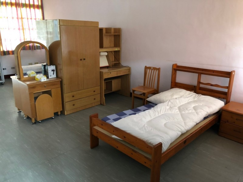 外籍情侶居家檢疫住的房間有床、衣櫃和梳妝台,1人享有7-8坪空間。(花蓮縣衛生局提供)