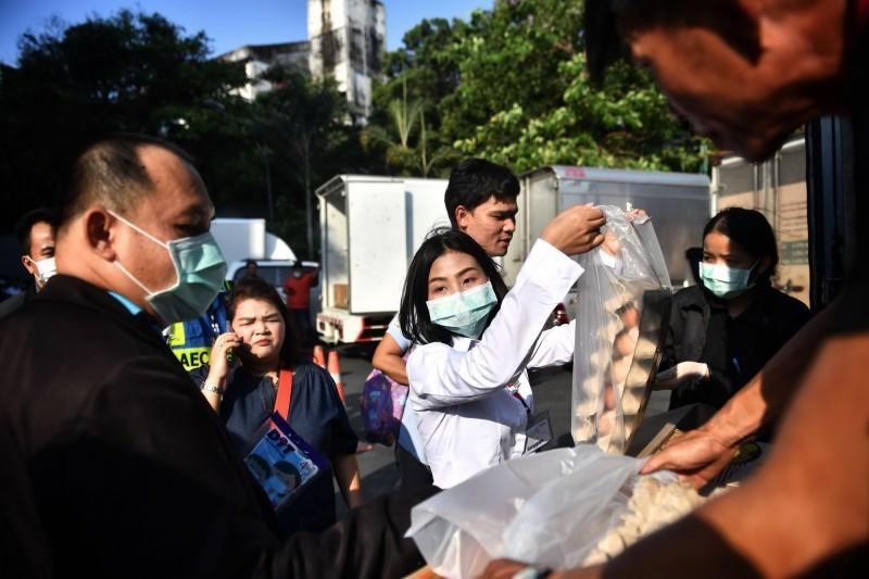 泰國民眾搶購雞蛋,需求量在過去幾天暴增了3倍,因此現在出現雞蛋短缺的情況。(法新社)