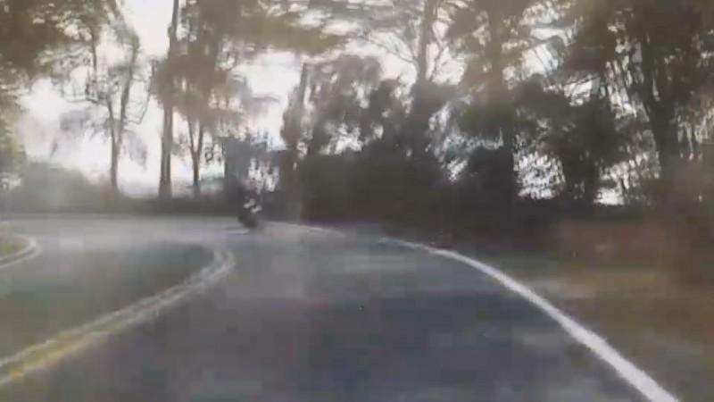 騎士從彰化市往芬園鄉方向,行經139線時自撞。(圖擷取自影像)