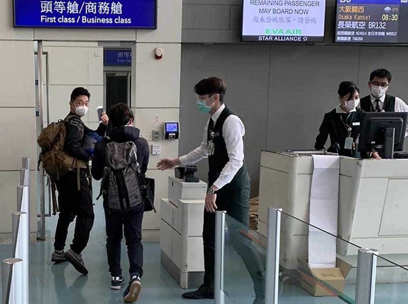 日本籍KONDO SHUHEI、YAMAUCHI AO等2人搭乘8時30分長榮航空BR132飛往大阪班機離境。(記者朱沛雄翻攝)