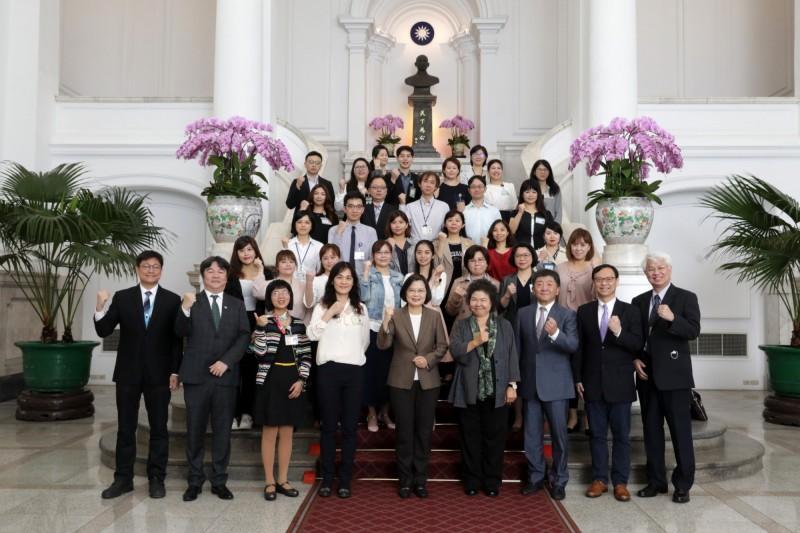 蔡總統接見防疫醫護人員,代表國家表達感謝。(總統府提供)