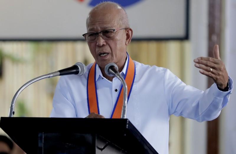 菲律賓國防部長羅倫沙納(Delfin Lorenzana,圖)宣布,參謀總長桑托斯(Felimon Santos Jr.)確診感染武漢肺炎,而他自己也必須要自主隔離。(美聯社)