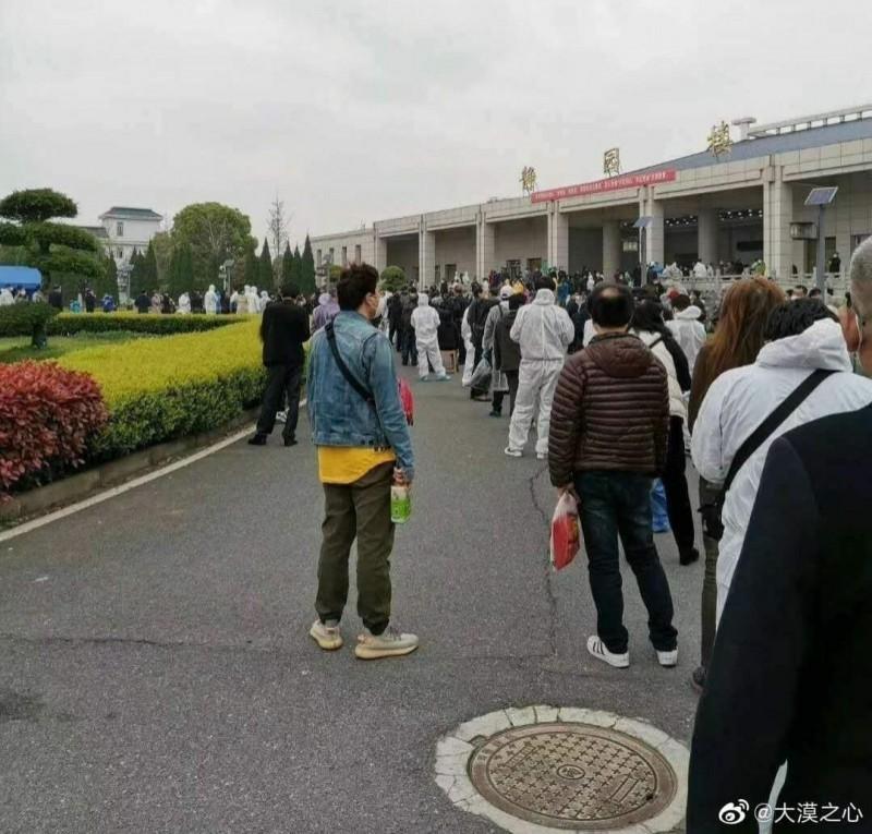 中國民眾25日在微博張貼武漢漢口殯儀館大排長龍的照片。(圖擷自微博)