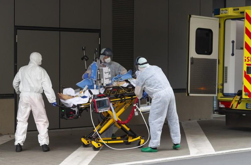 德國將從義大利接收至少47名武漢肺炎確診患者,展現出歐洲的團結。圖為義大利患者抵達德國。(歐新社)