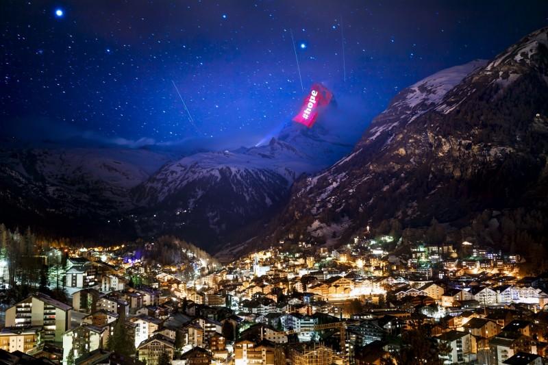 瑞士已有1萬2161例武漢肺炎確診案例,瑞士燈光藝術家在馬特洪峰上打上Hope(希望)字樣,祝願大家一起走出疫情的陰霾。(美聯社)
