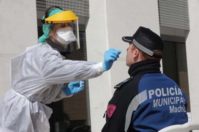 西班牙從中國買進的快篩試劑準確度僅有20%至30%,目前已退回有缺陷的快篩,中國駐西班牙大使館則對此切割,直說是廠商問題。圖為西班牙馬德里檢疫人員在為警察篩檢。(歐新社)