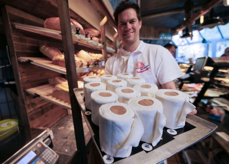 在德國也陷入衛生紙之亂後,麵包店老闆科圖姆(Tim Kortuem,圖)推出「廁紙蛋糕」大受歡迎。(路透)