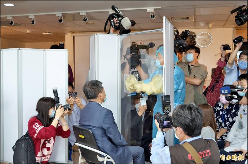 部立桃園醫院急診部部長鍾亢也為陳時中示範如何採檢。(記者謝武雄攝)