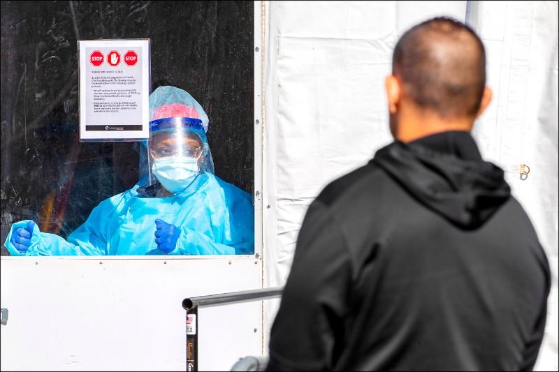 紐約二十日被總統川普宣布為疫情重災區的,病人要等六個小時才輪到自己看診。(美聯社)