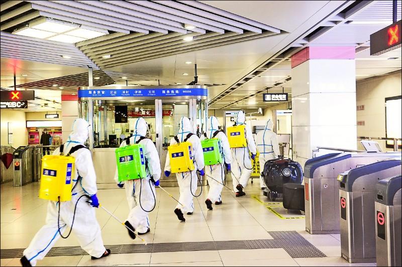 中國湖北省武漢市解禁在即,消毒人員持續在地鐵等公共場所徹底消毒。(法新社)
