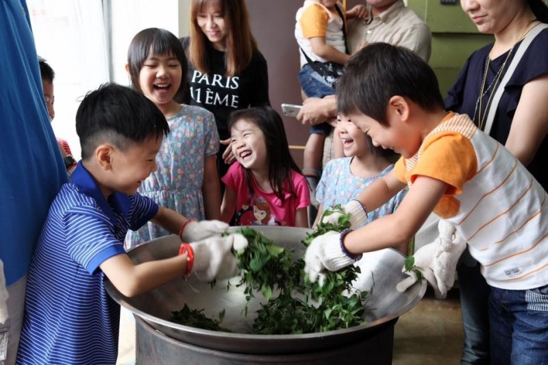 小朋友開心體驗製茶,從中感受傳統茶文化。(農業局提供)