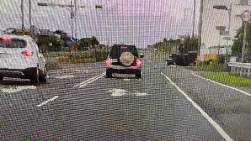 小客車撞擊畫面(圖右處)。(記者林敬倫翻攝)
