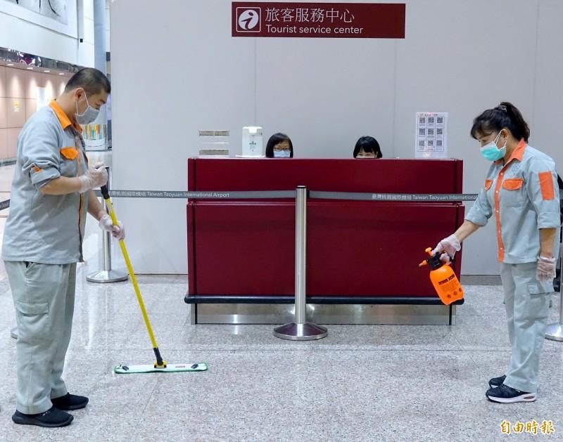 桃園機場旅客服務中心員工確診武漢肺炎,機場公司提高公共空間清潔消毒頻率。(記者朱沛雄攝)