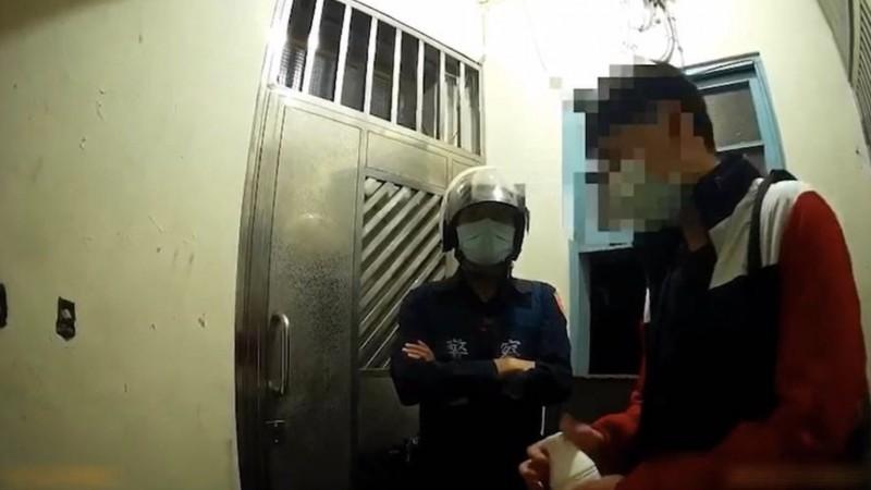 黃姓男子27日晚間擅自外出買優酪乳。(記者周湘芸翻攝)