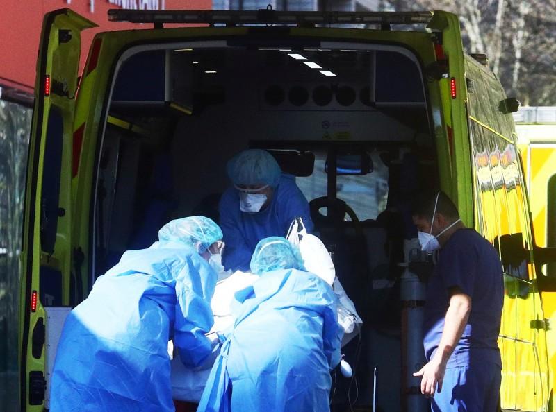 英國皇家鑄幣廠宣布將為英國醫療人員持續製作面罩,避免醫護遭到新型冠狀病毒的感染。英國醫護示意圖。(路透)