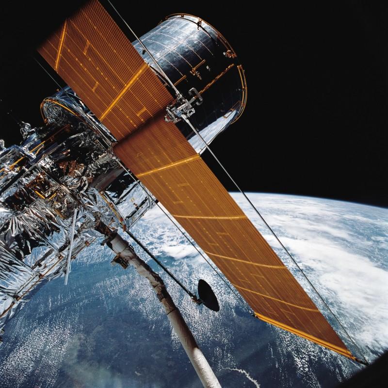 圖為1990年哈伯發射日翌日,NASA公布其在太空中正式運行的照片。(美聯社)