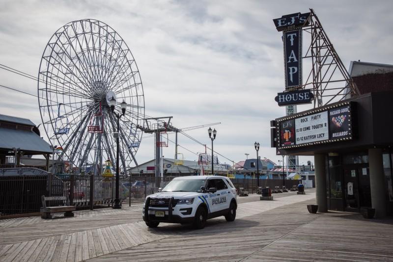 美國確診數超越10萬例,遊樂園早已關閉。(彭博)