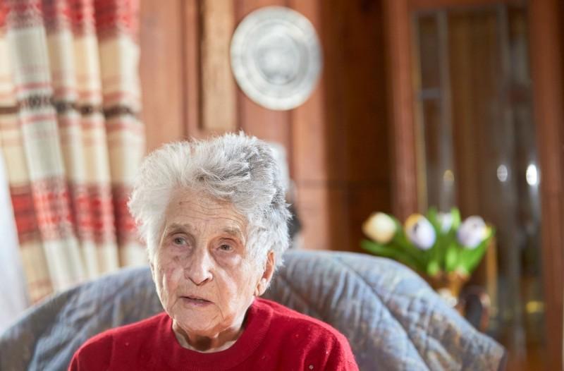 瑞士95歲老婦法頓(Gertrude Fatton)染上武漢肺炎後出現重症,被送往加護病房後拒絕插管,如今出院返家含飴弄孫。(路透)