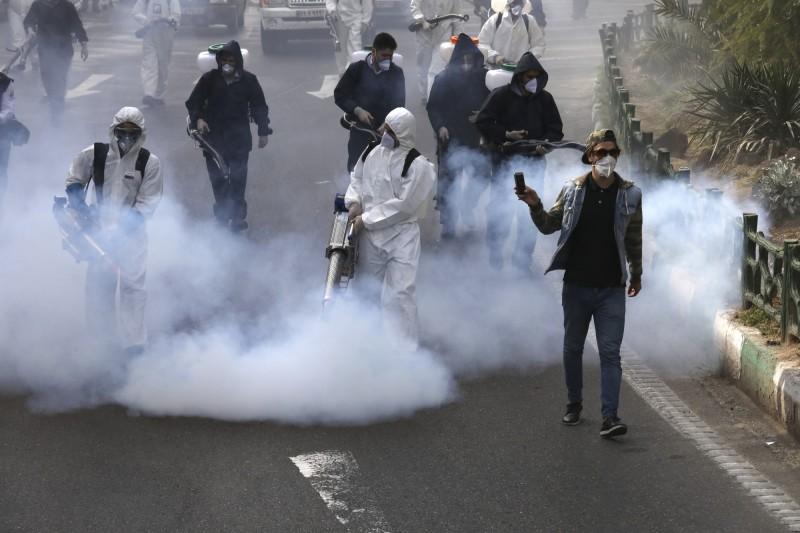 伊朗衛生今天新增139起武漢肺炎死亡案例,累計死亡數來到2517人,當局持續在街頭進行消毒。(美聯社)