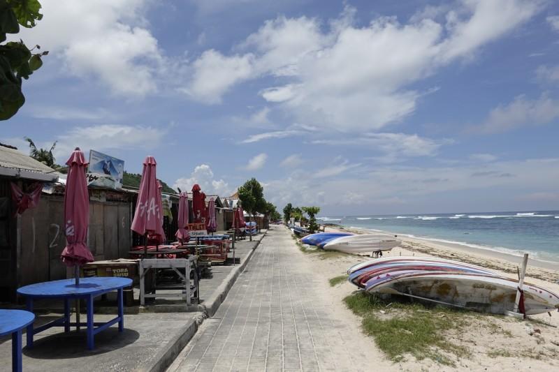 印尼峇里島潘達瓦海灘已封閉,有陽光、大海,卻沒有渡假遊客的蹤影。(歐新社)