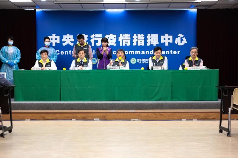 中國湖北省城市解封後,政府安排的首班「類包機」,將於明晚從上海浦東機場載運滯留湖北的台灣民眾返國。中央流行疫情指揮中心指揮官陳時中表示,不僅台灣不放心,連中國自己也不放心,這樣的話包機可能的變數就會出來,但還是希望不要有變數,讓大家可以安全回台灣來。(中央疫情指揮中心提供)