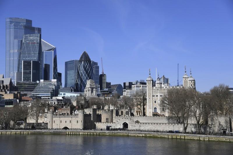 原本聚集眾多遊客的倫敦塔,如今空無一人。(美聯社)
