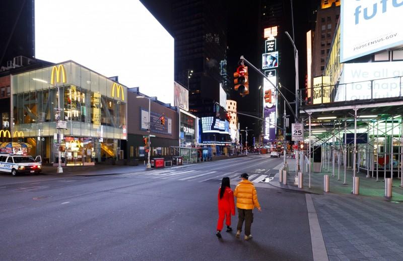 隨著紐約疫情逐漸加重,原本熱鬧的時代廣場也冷冷清清。(歐新社)