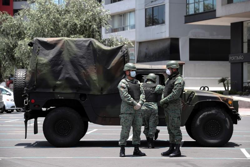 厄瓜多政府在最大城瓜亞基爾各處民宅清運,累計搬出100具遺體。圖為厄瓜多派出軍隊上街維持街道淨空。(歐新社)