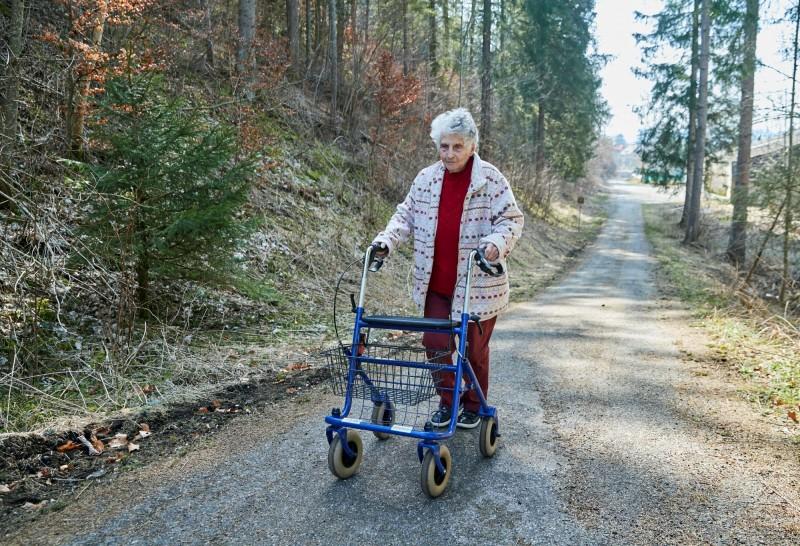 年邁的法頓走路必須使用助行器,她希望自己能夠恢復足夠的體力並活得更久一點,多聽聽孫子與曾孫的聲音。(路透)