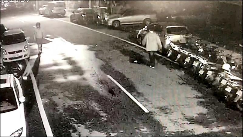 蘇男(圖右)行兇前在平鎮南豐路徘徊,逢人就詢問借款。(記者許倬勛翻攝)