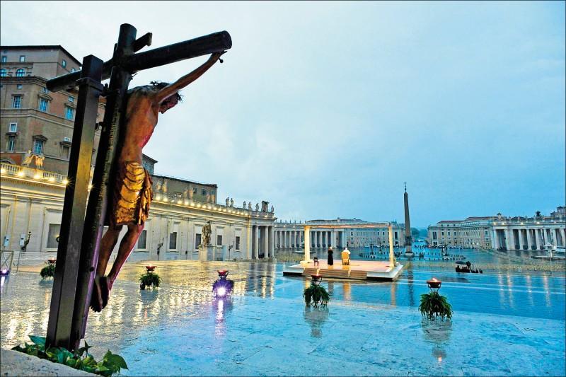 天主教教宗方濟各廿七日在空蕩蕩的梵蒂岡聖伯多祿廣場,舉行一場孤獨的祈禱儀式,呼籲各國正視疫情危機。其身後則矗立一尊從羅馬的聖瑪策祿堂移來的「奇蹟十字架」。一五五二年,基督徒曾向「奇蹟十字架」祈求肆虐羅馬城的一場大瘟疫終止。(法新社)
