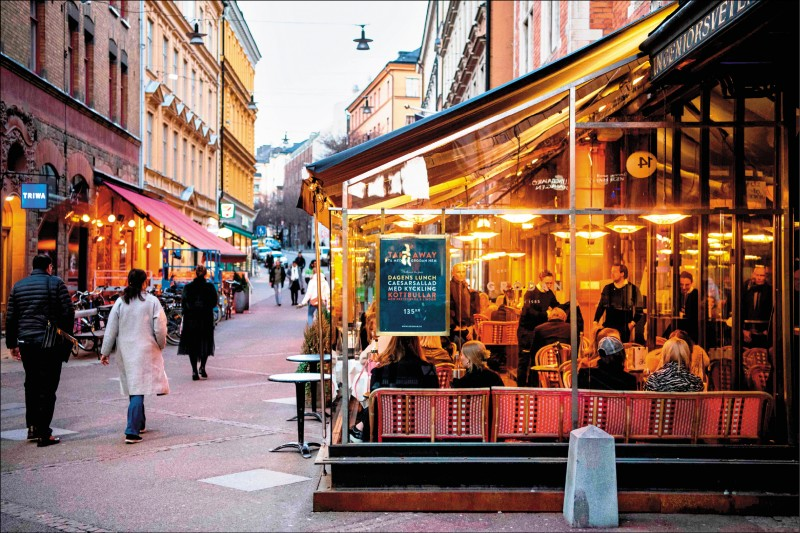 武漢肺炎疫情肆虐,瑞典餐廳仍繼續營業,不少民眾廿七日也照常到首都斯德哥爾摩的餐廳用餐。(法新社)