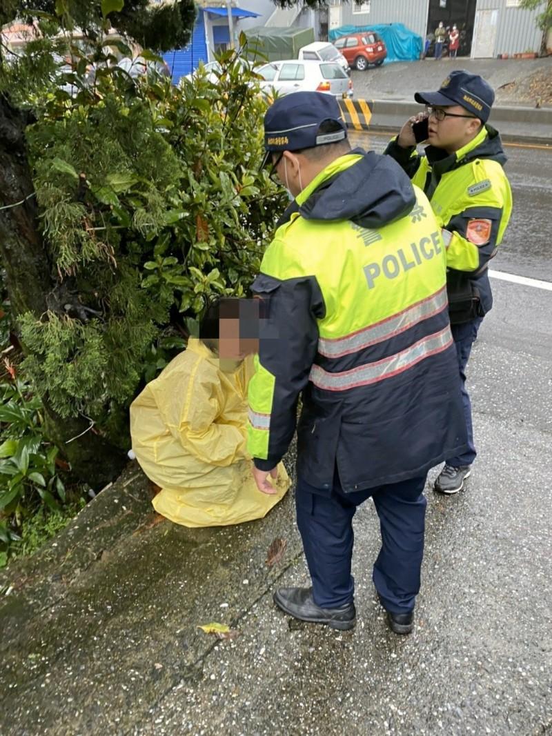 警方與附近居民合作,將潘女救起(記者吳昇儒翻攝)