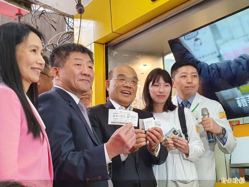 蘇貞昌(中)與陳時中(左2)現身示範抽號碼牌。(記者邱書昱攝)