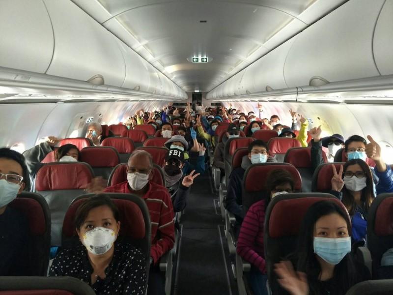 我駐祕魯代表處協調包機,搭載55名台灣旅客和美日星馬等84名外國滯留旅客離境。(外交部提供)