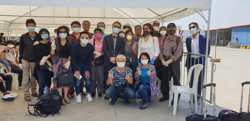 我駐秘魯代表處協調包機,搭載55名台灣旅客和美日星馬等84名外國滯留旅客離境。(外交部提供)