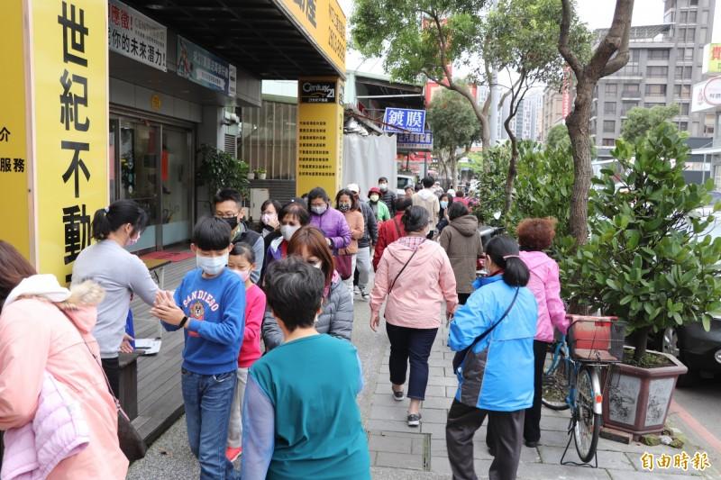 蔡淑君服務處外下午有千名民眾排隊領取口罩套。(記者陳心瑜攝)