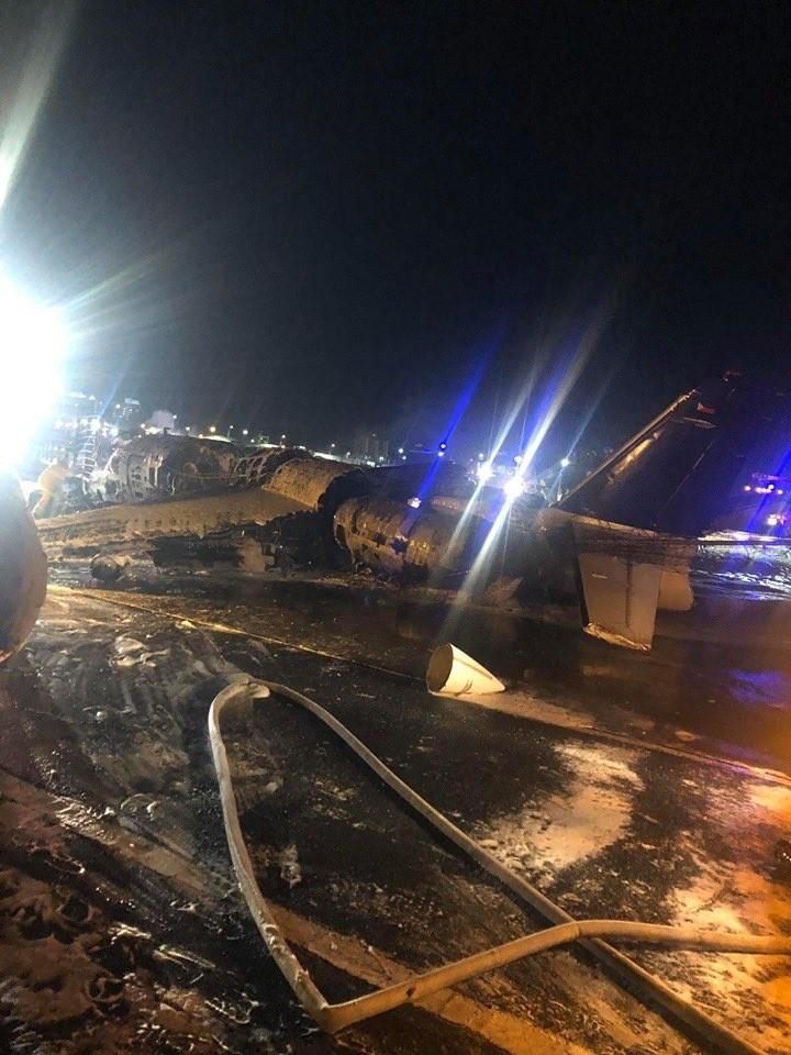 菲律賓一架私人包機衝出馬尼拉機場跑道撞毀起火,火勢已經撲滅,機上8人死亡。(圖取自推特)