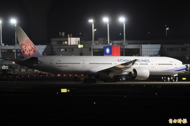 華航自上海飛回的「類包機」今晚10點20分飛抵桃園。(記者朱沛雄攝)