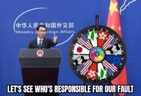 美國總統川普的兒子小川普在臉書貼出這張照片,設計畫面中中國外交部發言人耿爽(左)身邊的飛鏢靶,諷刺中國老是將責任推給別的國家。(圖取自小川普臉書)