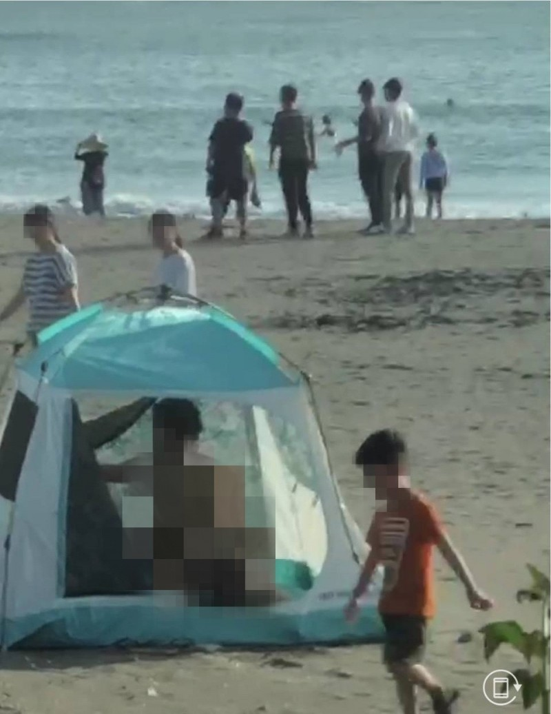 台南安平漁光島海灘帳篷四腳獸做動時恰有民眾與男童經過。(圖:取自網路)