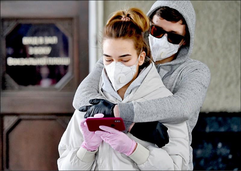 俄羅斯自三十日起封閉所有水陸通關口岸,一對烏克蘭情侶二十九日急忙從莫斯科搭火車返國。(法新社)